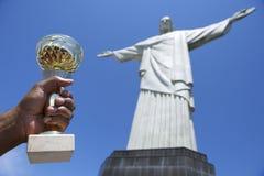 Braziliaanse Atleet Holding Trophy Corcovado Rio Brazil stock foto