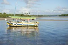 Braziliaanse die Boot in Ondiep Water wordt verankerd Stock Foto's