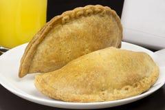 Braziliaanse gebakken die pastelkleur met lichte kaas genoemd wordt gevuld ricota stock afbeelding