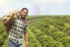 Braziliaanse koffielandbouwer bij koffieaanplanting Stock Foto