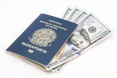 Braziliaanse paspoort en dollars Royalty-vrije Stock Foto