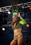 Braziliaanse sambadanser op een stadium die zich sensually bewegen Royalty-vrije Stock Foto's