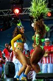 Braziliaanse sambadansers op een stadium die zich sensually bewegen Stock Afbeeldingen