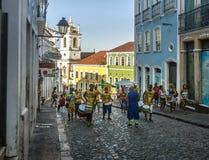 Braziliaanse trommelende groep op de straten van Pelourinho - Salvador, Bahia, Brazilië stock foto
