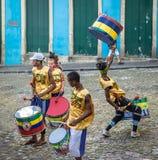 Braziliaanse trommelende groep op de straten van Pelourinho - Salvador, Bahia, Brazilië stock fotografie