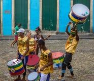 Braziliaanse trommelende groep op de straten van Pelourinho - Salvador, Bahia, Brazilië stock afbeeldingen
