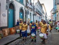 Braziliaanse trommelende groep op de straten van Pelourinho - Salvador, Bahia, Brazilië stock afbeelding