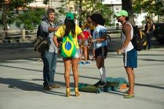 Braziliaanse ventilator naast een mens gekleed als Maradona Stock Afbeeldingen