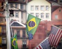 Braziliaanse Vlag in het midden van Andere Vlaggen stock foto