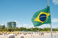 Braziliaanse vlag op een toeristisch strand royalty-vrije stock afbeeldingen