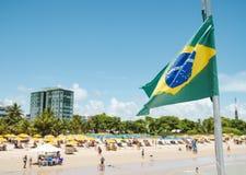 Braziliaanse vlag op een toeristisch strand royalty-vrije stock fotografie