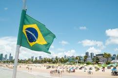 Braziliaanse vlag op een toeristisch strand stock afbeeldingen