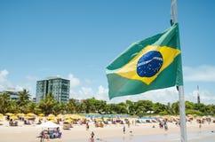 Braziliaanse vlag op een toeristisch strand royalty-vrije stock foto