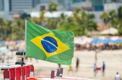Braziliaanse vlag op een toeristisch strand royalty-vrije stock afbeelding