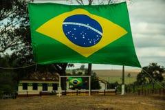 Braziliaanse Vlaggen op een klein Voetbalgebied Stock Foto's