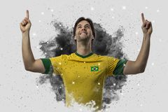 Braziliaanse voetballer die uit een ontploffing van rook komen Celebrat royalty-vrije stock fotografie