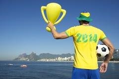 Braziliaanse Voetballer in het Overhemd van 2014 het Vieren met Trofee Stock Foto's