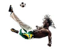 Braziliaanse zwarte mensenvoetballer het schoppen voetbal royalty-vrije stock fotografie