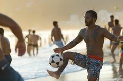 Brazilianen die de Voetbal van het het Strandvoetbal van Altinho Keepy Uppy Futebol spelen stock afbeeldingen