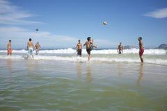 Brazilianen die de Voetbal van het het Strandvoetbal van Altinho Keepy Uppy Futebol spelen Royalty-vrije Stock Foto