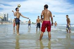 Brazilianen die de Voetbal van het het Strandvoetbal van Altinho Keepy Uppy Futebol spelen Stock Fotografie