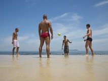 Brazilianen die de Voetbal van het het Strandvoetbal van Altinho Keepy Uppy Futebol spelen Stock Foto