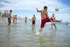 Brazilianen die de Voetbal van het het Strandvoetbal van Altinho Keepy Uppy Futebol spelen Royalty-vrije Stock Afbeeldingen