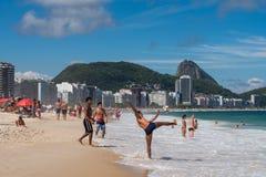 Brazilianen spelen Voetbal in Copacabana-Strand royalty-vrije stock fotografie