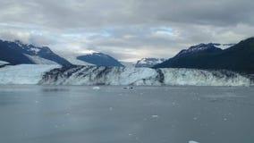 Brazo de Alaska Harvard del fiordo de la universidad del glaciar de Harvard con los picos de montaña nevados y Océano Pacífico tr foto de archivo libre de regalías
