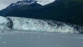 Brazo de Alaska Harvard del fiordo de la universidad del glaciar de Harvard con los picos de montaña nevados y Océano Pacífico tr imagen de archivo