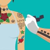 Brazo de la muchacha de la pintura del artista del Tattooist stock de ilustración