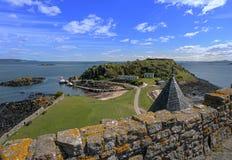 Brazo de mar de la isla de Incholm adelante de Escocia Fotos de archivo
