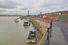 Brazo del puerto de Margate con los barcos del amarre y el faro en el fondo, Margate, Kent, Reino Unido Fotos de archivo libres de regalías