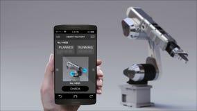 Brazo del robot del control en fábrica elegante Usando el teléfono elegante, móvil Internet de cosas 4ta Revolución industrial almacen de video