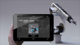 Brazo del robot del control en la fábrica elegante UI Usando el cojín elegante, tableta Internet de cosas 4ta Revolución industri almacen de video