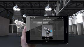 Brazo del robot del control en la fábrica elegante UI Usando el cojín elegante, tableta Internet de cosas 4ta Revolución industri almacen de metraje de vídeo