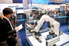 Brazo del robot de Mitsubishi en el soporte de Schunk en Messe justo en Hannover, Alemania Imagen de archivo