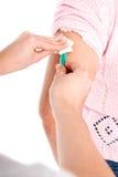 Brazo mayor de la mujer que consigue la vacuna Fotografía de archivo