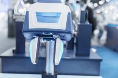 Brazo moderno del robot en fábrica foto de archivo