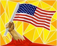 Brazo potente del ` s del hombre que aumenta la bandera de los Estados Unidos de América Fotografía de archivo libre de regalías
