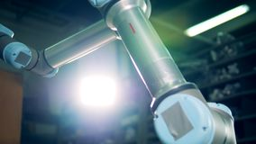 Brazo robótico de trabajo en una fábrica moderna metrajes