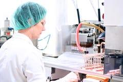 Brazo robótico - maquinaria farmacéutica Fotos de archivo