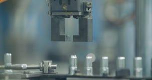 Brazo robótico que toma partes en una cadena de producción almacen de metraje de vídeo