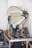 Brazo robótico de la soldadura Fotografía de archivo libre de regalías
