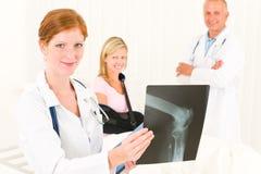Brazo roto paciente de la radiografía de la demostración de los médicos foto de archivo libre de regalías