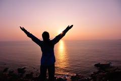 Brazos abiertos de la mujer agradecida a la salida del sol Fotografía de archivo libre de regalías