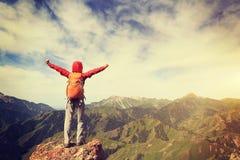 Brazos abiertos del caminante al pico de montaña hermoso Imagenes de archivo