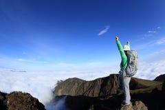 Brazos abiertos del caminante de la mujer al pico de montaña hermoso Foto de archivo libre de regalías