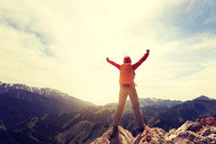 Brazos abiertos del caminante de la mujer al pico de montaña hermoso Imagenes de archivo