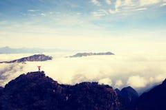 Brazos abiertos del caminante de la mujer joven en pico de montaña Fotos de archivo libres de regalías